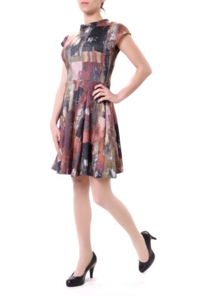 Романтична разкроена рокля със срязване в талията
